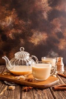 Vista frontal del concepto de té con leche con espacio de copia