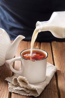 Vista frontal del concepto de té con leche