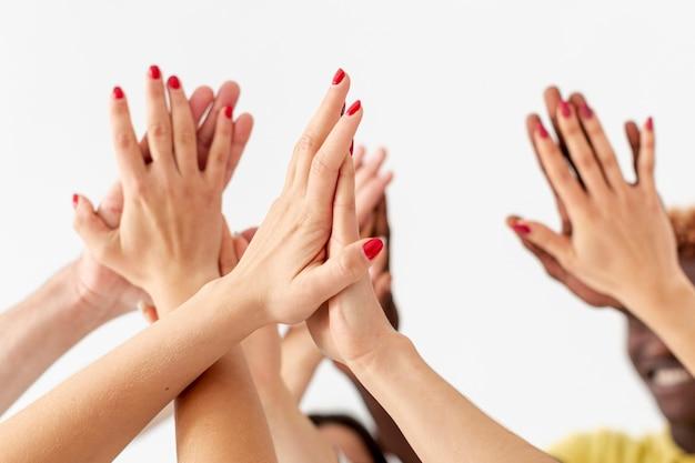 Vista frontal conexión de manos de amigos