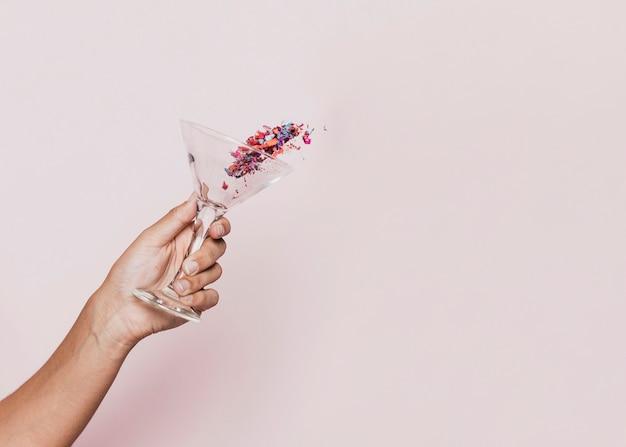 Vista frontal del confeti derramado en la fiesta de año nuevo