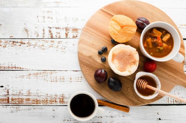 Vista frontal conjunto de ingredientes para el desayuno