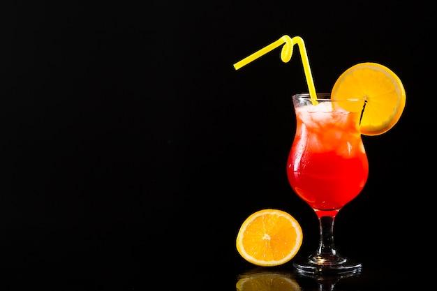 Vista frontal de la copa de cóctel con espacio de copia naranja