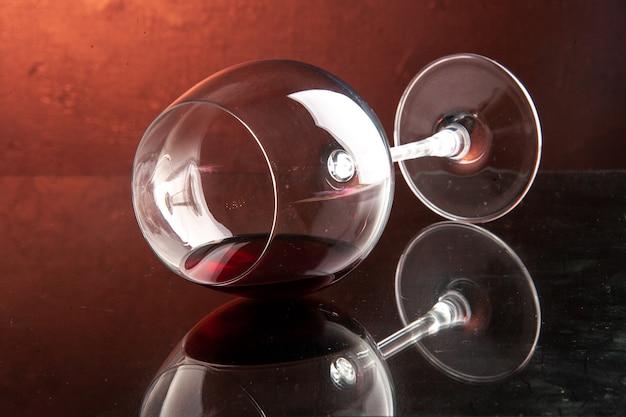 Vista frontal de la copa de vino en la bebida alcohólica de navidad de champagne de color oscuro