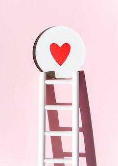 Vista frontal del corazón de papel con escalera
