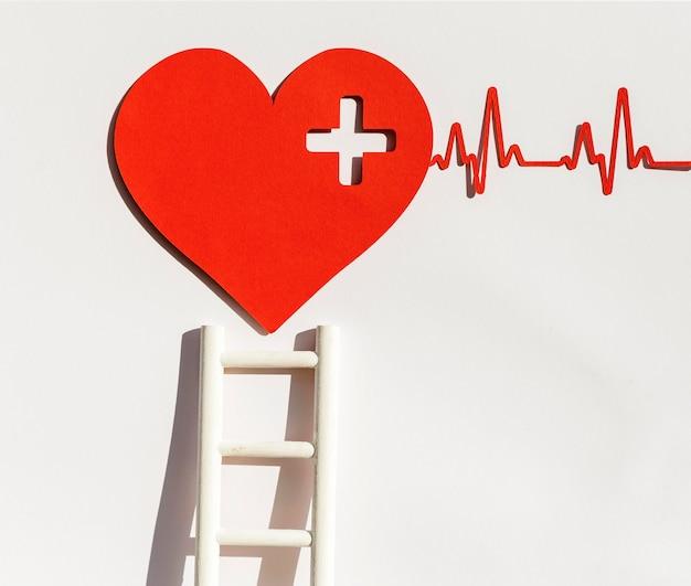 Vista frontal del corazón de papel con latido del corazón y escalera