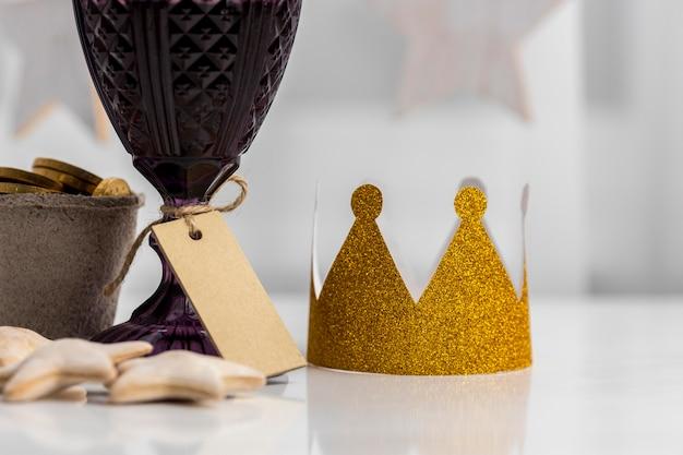 Vista frontal de la corona con etiqueta y galletas para el día de la epifanía