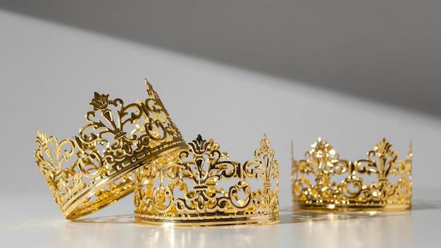 Vista frontal de las coronas de oro del día de la epifanía.