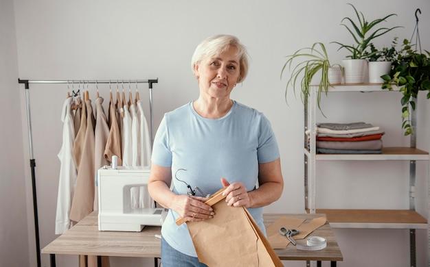 Vista frontal de la costurera femenina en el estudio