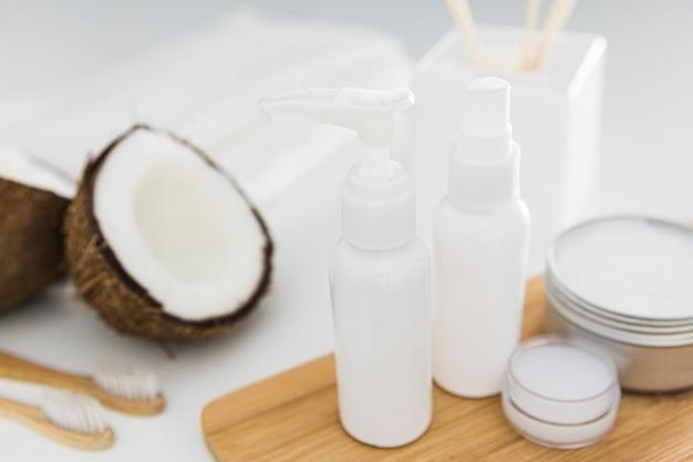 Vista frontal de crema de coco y aceites.