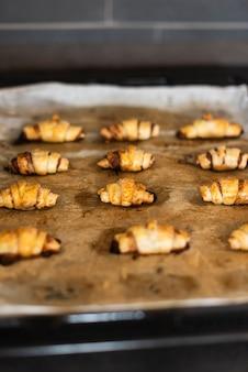 Vista frontal de croissants en una bandeja para hornear