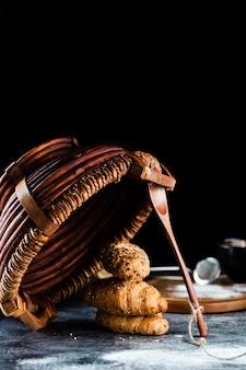 Vista frontal de croissants y cesta en la mesa