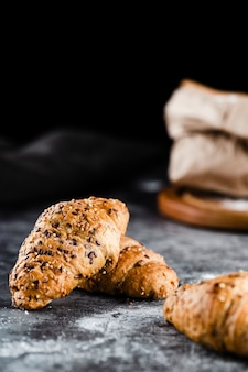 Vista frontal de croissants sobre fondo negro