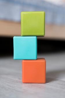 Vista frontal de cubos apilados de colores