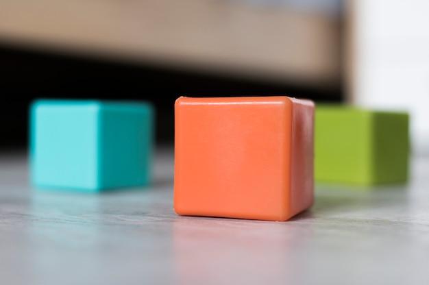 Vista frontal de cubos de colores en el piso