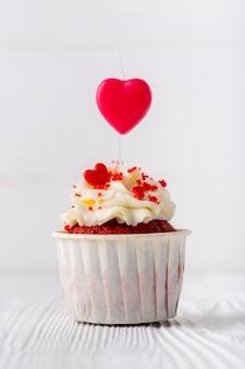 Vista frontal de cupcake con chispas en forma de corazón