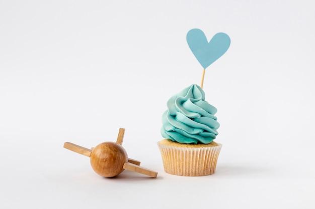 Vista frontal de cupcake lindo bebé niño