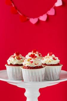 Vista frontal de cupcakes con chispas en forma de corazón
