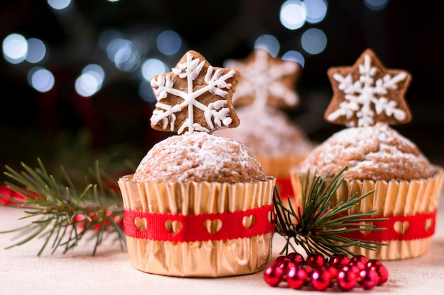 Vista frontal de cupcakes navideños con cobertura de estrella de jengibre