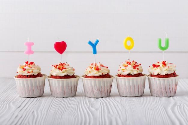 Vista frontal de cupcakes con velas