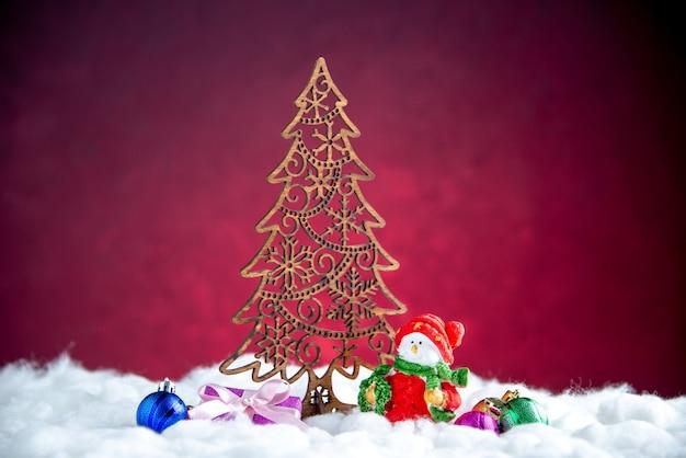 Vista frontal decoración del árbol de navidad muñeco de nieve pequeño árbol de navidad juguetes
