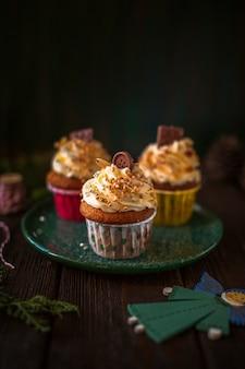 Vista frontal decorado cupcakes con adornos navideños