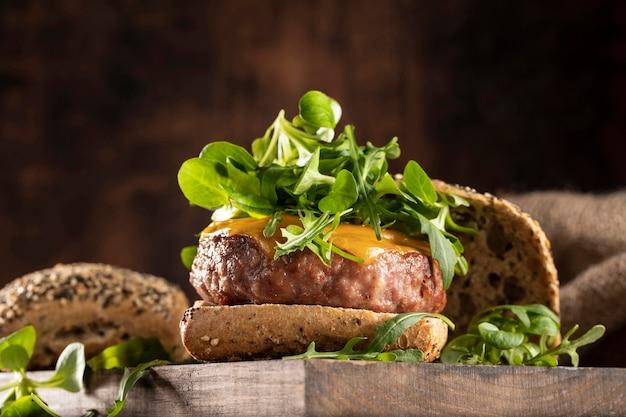 Vista frontal deliciosa composición de hamburguesa