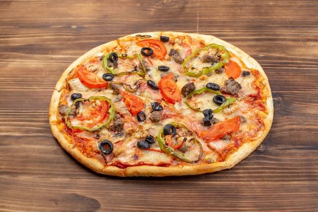 Vista frontal deliciosa pizza de queso sobre superficie de madera marrón