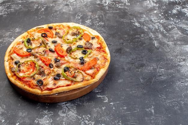 Vista frontal deliciosa pizza de queso en superficie gris