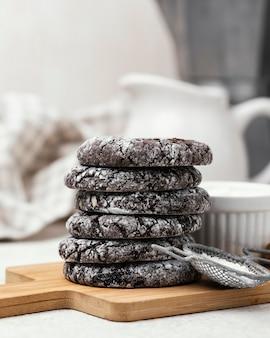 Vista frontal de deliciosas galletas de chocolate apiladas