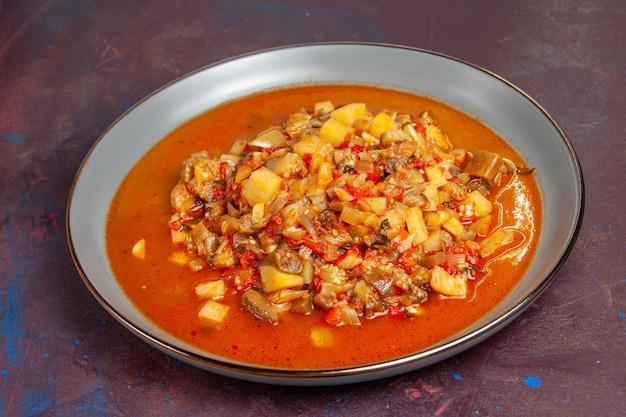 Vista frontal deliciosas verduras cocidas en rodajas con salsa sobre el fondo oscuro sopa de salsa comida vegetal