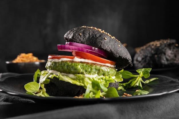 Vista frontal del delicioso arreglo de hamburguesas