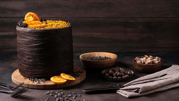 Vista frontal del delicioso concepto de pastel de chocolate