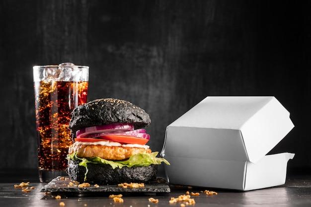 Vista frontal del delicioso menú de hamburguesas con soda
