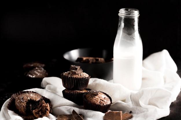 Vista frontal del delicioso muffin de chocolate con espacio de copia
