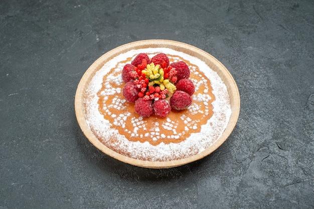 Vista frontal delicioso pastel con azúcar en polvo y frambuesas sobre fondo gris pastel pastel fruta baya galleta dulce