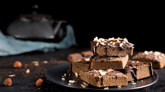 Vista frontal del delicioso pastel de chocolate con almendras