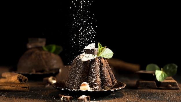 Vista frontal del delicioso pastel de chocolate