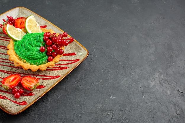 Vista frontal delicioso pastel cremoso con fresas