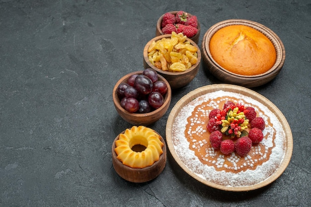 Vista frontal delicioso pastel de frambuesa con pasas y frutas sobre fondo gris pastel de té pastel de galletas cookie dulce