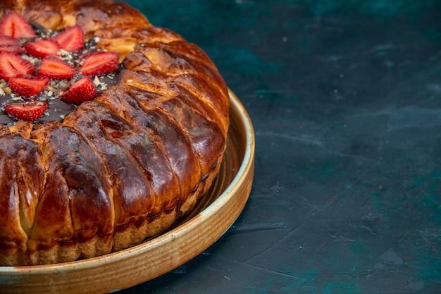 Vista frontal del delicioso pastel de fresa con mermelada y fresas frescas