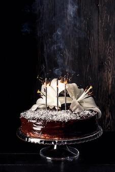 Vista frontal del delicioso pastel con lirio