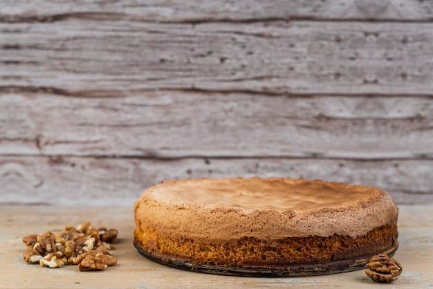 Vista frontal delicioso pastel con nueces