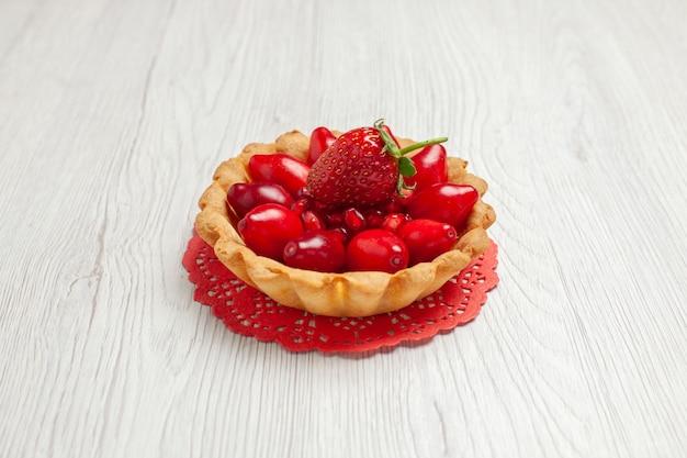 Vista frontal delicioso pastelito con frutas en el escritorio blanco pastel dulce postre galleta
