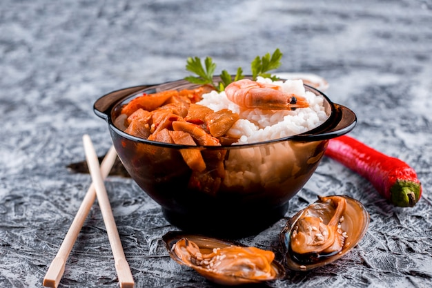 Vista frontal delicioso plato de arroz asiático