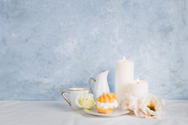 Vista frontal de desayuno y té