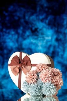 Vista frontal del día de san valentín presente con flores sobre un fondo azul color sentimiento familiar belleza corazón pareja pasión amor