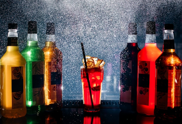 Vista frontal diferentes bebidas coloridas dentro de botellas