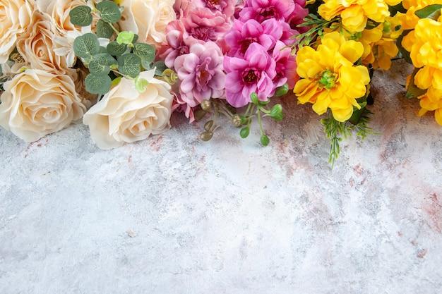 Vista frontal diferentes hermosas flores sobre la superficie blanca feminidad horizontal colorido jardín mujer árbol belleza