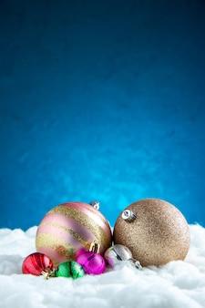 Vista frontal de diferentes tamaños de bolas de árbol de navidad.