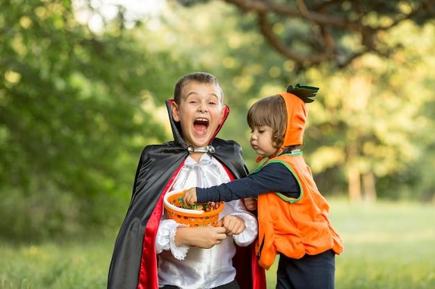 Vista frontal de disfraces de halloween de calabaza y drácula